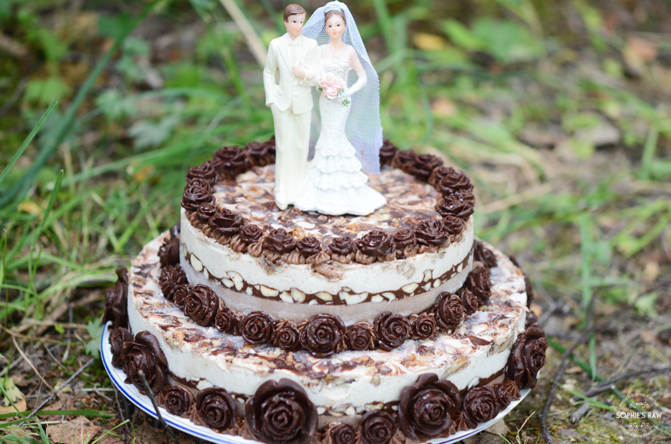 Vanilla, Chocolate and Pecan Wedding Cake i nature